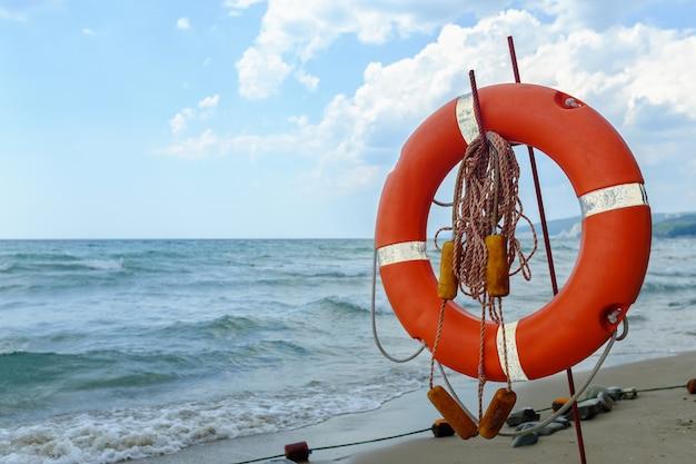 Colete salva-vidas na praia de areia em algum lugar no mar negro