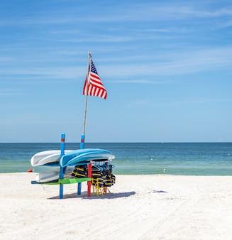 Coletes salva-vidas e barcos na praia de st.pete, na flórida, eua