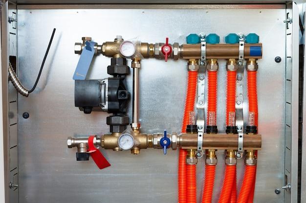 Coletor e grupo de bombas para piso radiante com servo-motor e válvulas medidor de vazão, instalados em casa particular