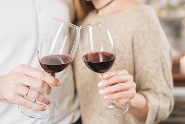 Colheita amorosa casal tinindo com vinho