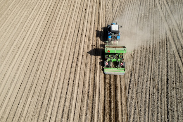 Colheita de batatas nos campos de um fazendeiro como alimento. vista aérea.