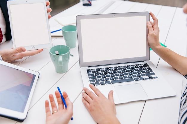 Colheita de colegas de trabalho usando o laptop