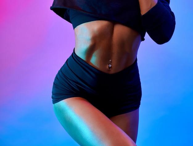 Colheita de corpo feminino nuscular em estúdio