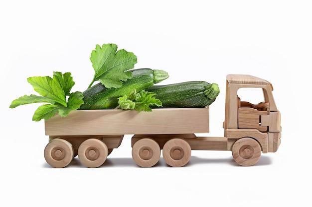 Colheita de diferentes vegetais no caminhão de madeira