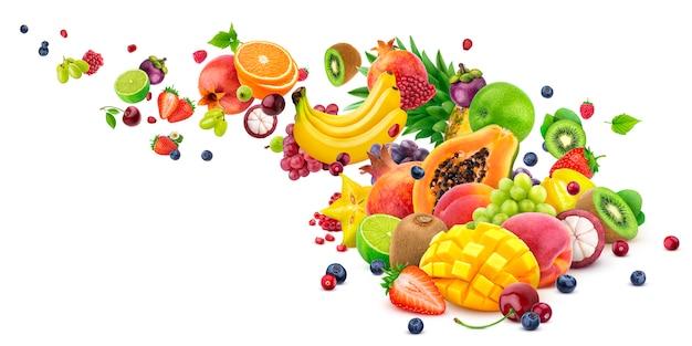 Colheita de frutas exóticas caindo isolada no branco