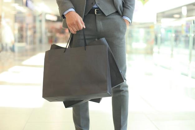 Colheita de homem de negócios com sacola de compras.