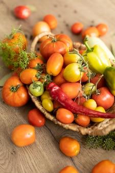 Colheita de legumes na mesa, tomate, pepino, pimentão.