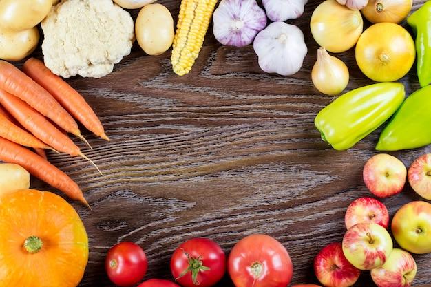 Colheita de legumes outono, quadro, alimentos orgânicos saudáveis crus em fundo de madeira
