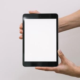 Colheita de mãos mostrando tablet vazio