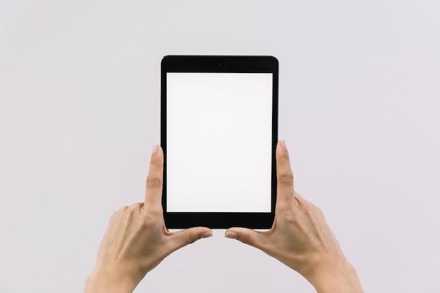 Colheita de mãos segurando o tablet