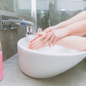 Colheita de mãos sobre pia