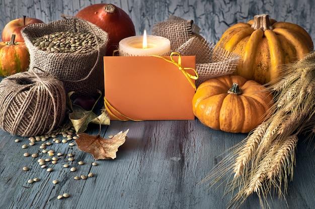 Colheita de outono ainda vida com abóboras, espigas de trigo e lentilhas