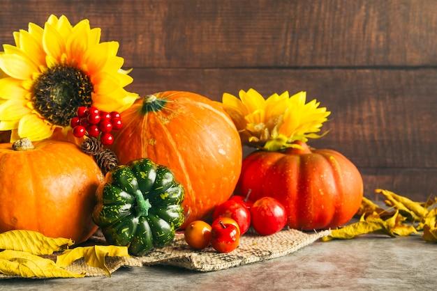 Colheita de outono com girassóis dourados