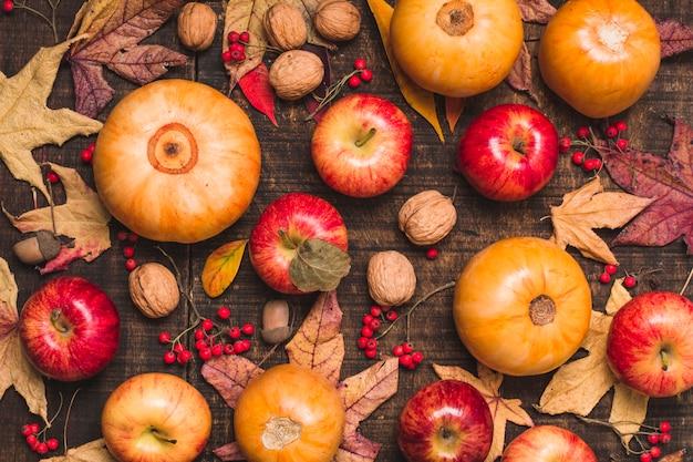 Colheita de outono de vista superior e folhas