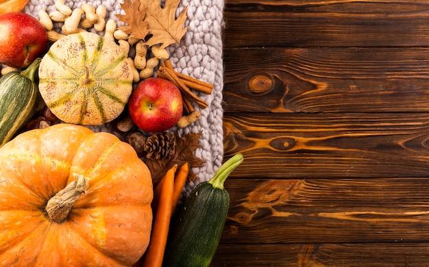 Colheita de outono em fundo de madeira