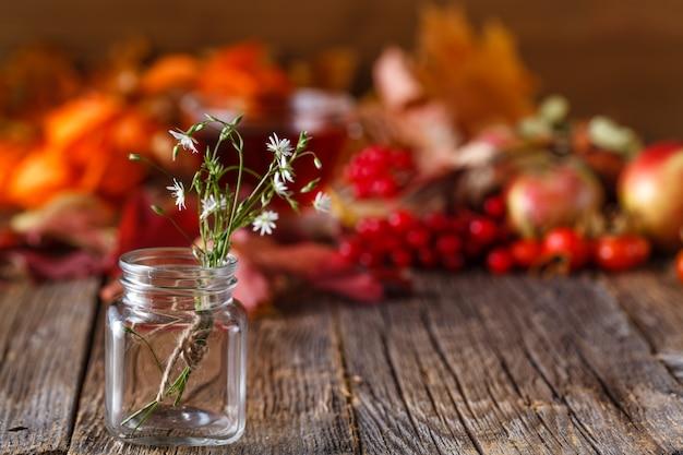 Colheita de outono em madeira rústica