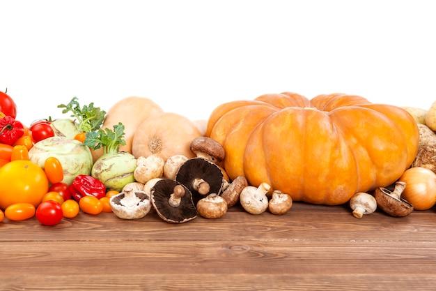 Colheita de outono legumes na mesa de madeira