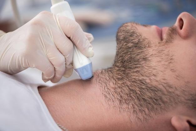 Colheita de paciente do sexo masculino no diagnóstico por ultrassom.