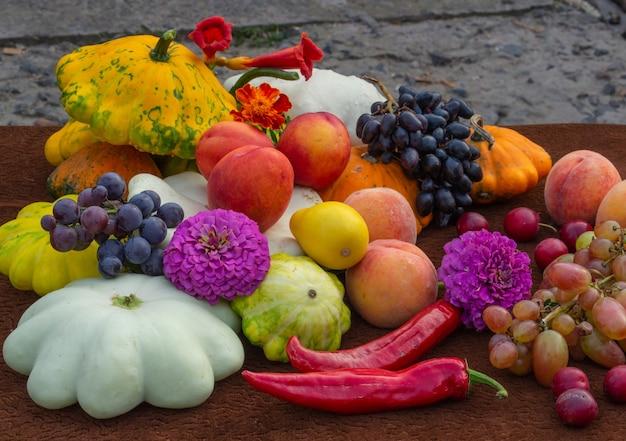 Colheita de primavera de vegetais e frutas conceito de natureza morta do dia de ação de graças ou dia das bruxas