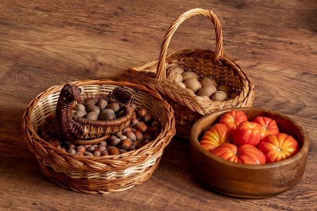 Colheita de tomates frescos, avelãs e nozes empilhadas no chão