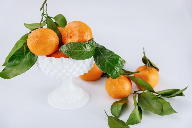 Colheita fresca de tangerina, tangerina com folhas verdes.