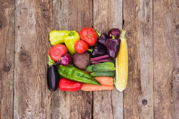 Colheita fresca de vegetais em um fundo de madeira, cópia espaço, colheita do fazendeiro, horta e jardinagem