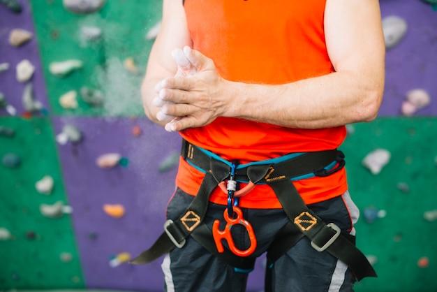 Colheita homem perto da parede de escalada