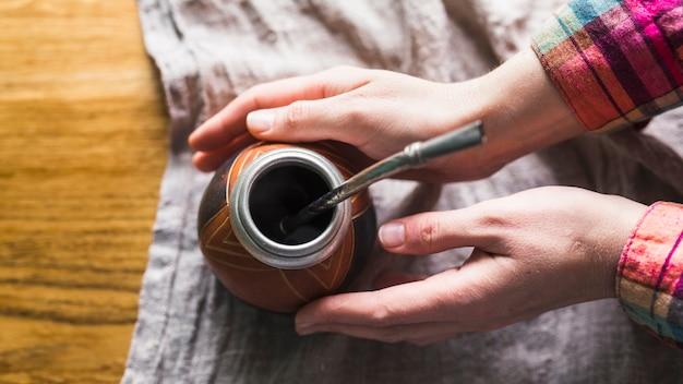 Colheita, mãos, levando, copo, para, companheiro, chá