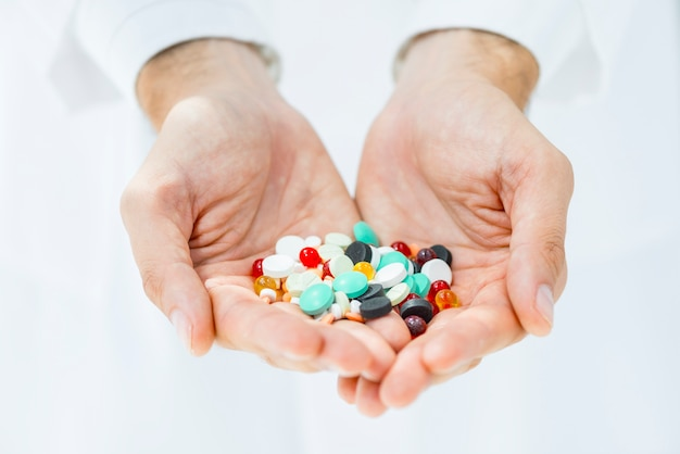 Colheita, mãos, segurando, pílulas
