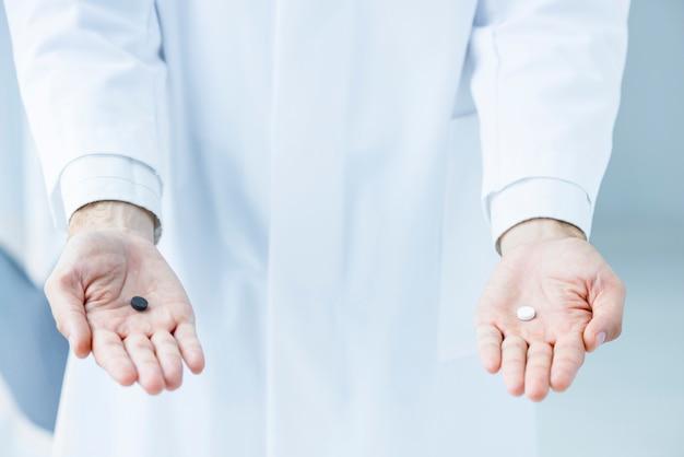 Colheita médico oferecendo dois comprimidos