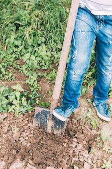 Colheita menino cavando solo