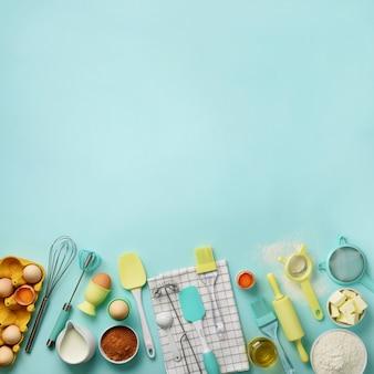 Colheita quadrada. ingredientes de panificação - manteiga, açúcar, farinha, ovos, óleo, colher, rolo, escova, bata, toalha
