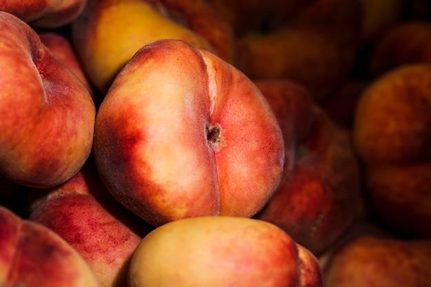 Colheita saudável de pêssegos no mercado para vendas