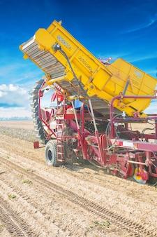 Colheitadeira de batata no trabalho close-up vista conceito agrícola