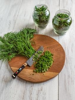 Colhendo verduras picantes para o inverno. vista do topo.
