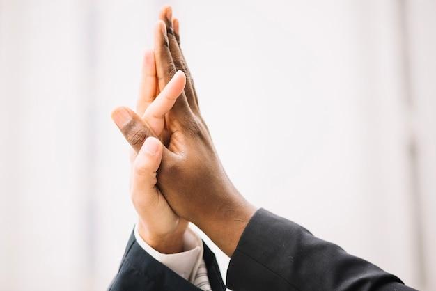 Colher as mãos dando alta cinco
