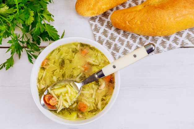 Colher cheia de sopa de macarrão de galinha