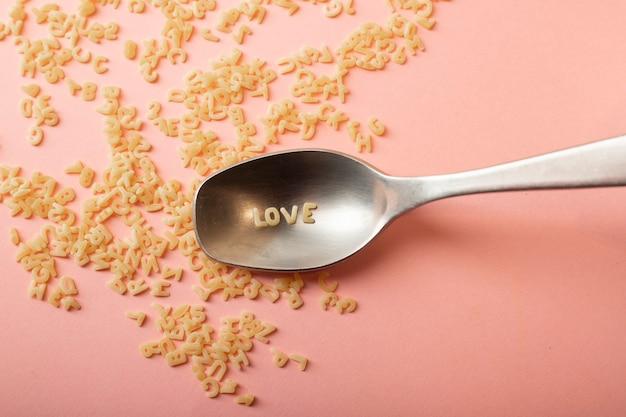 Colher com a palavra amor feita com pasta de carta crua