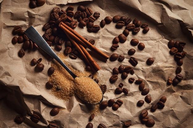 Colher com açúcar mascavo e grãos de café