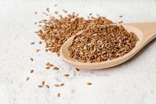 Colher de alta vista com sementes Foto gratuita
