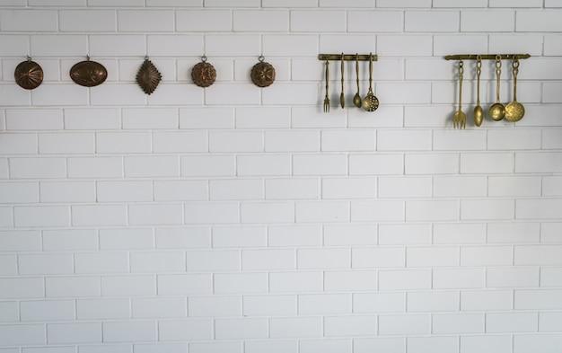 Colher de cozinha e de suspensão garfo na parede