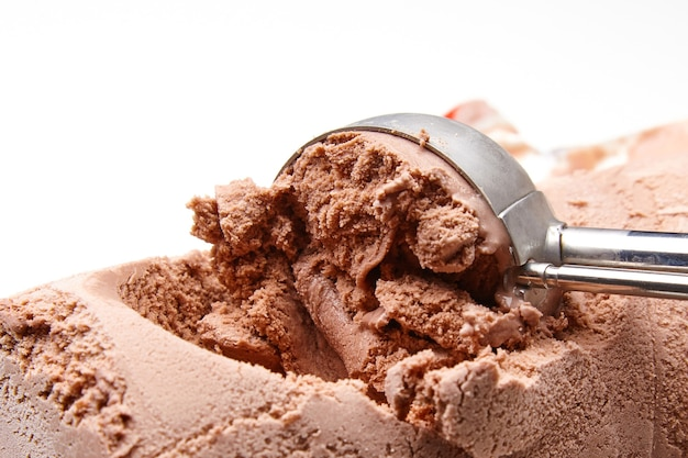 Colher de metal de sorvete com conchas de sorvete de chocolate