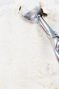 Colher de metal no fundo de sorvete caseiro de baunilha