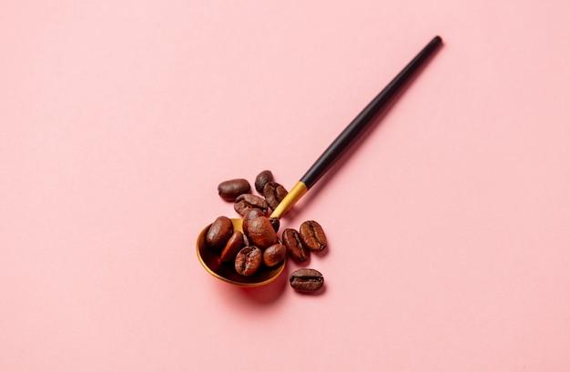 Colher de ouro com grãos de café
