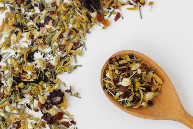 Colher de pau close-up com ervas de chá