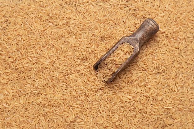Colher de pau com arroz integral