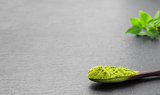 Colher de pau com chá verde matcha em pó