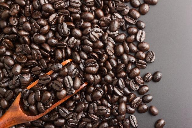 Colher de pau com grãos de café torrados