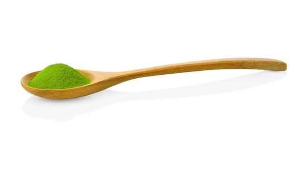 Colher de pau com matcha chá verde em pó