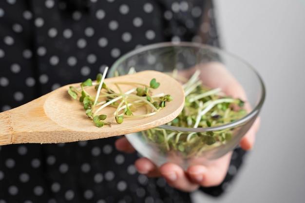 Colher de pau com salada de microgreens